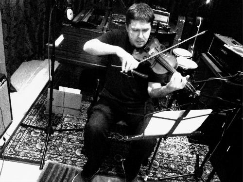 Black and white picture of violinist in studio